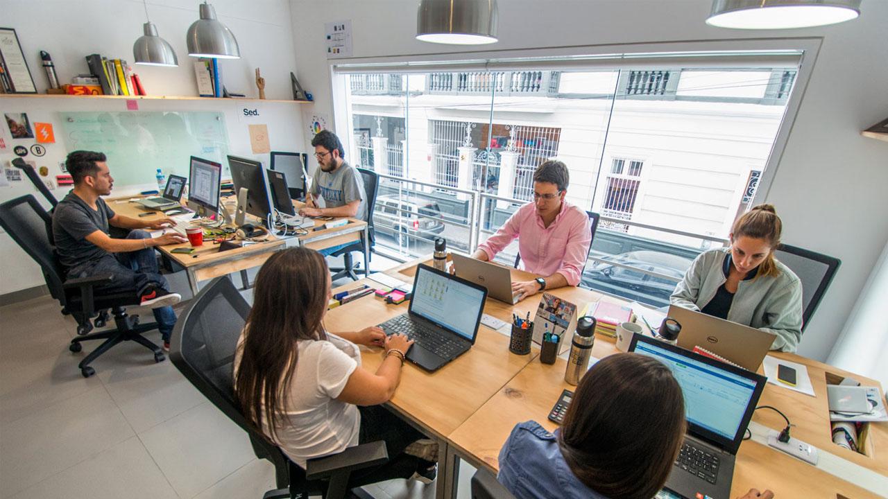 5 lugares de coworking para emprender tus proyectos for Oficina coworking