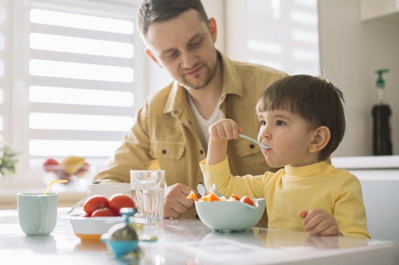 ¿Por qué nunca debes obligar a un niño a comer?